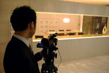 港区赤坂にあるビデオ制作会社のブログ-外観撮影をする専務