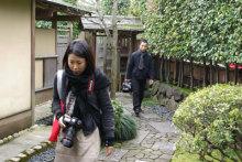 港区赤坂にあるビデオ制作会社のブログ-茶室に下見に入る二人