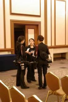 港区赤坂にあるビデオ制作会社のブログ-打ち合わせ中の写真チーム