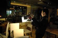 港区赤坂にあるビデオ制作会社のブログ-撮影準備中、照明を調整する専務