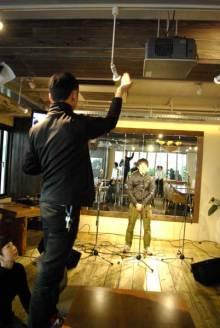 港区赤坂にあるビデオ制作会社のブログ-ステージの照明を調節中