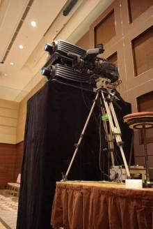 港区赤坂にあるビデオ制作会社のブログ-PMW-350での撮影。生中継用のプロジェクタと