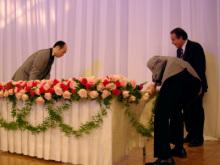 港区赤坂にあるビデオ制作会社のブログ-撮影にあたりテーブルの位置も調整します